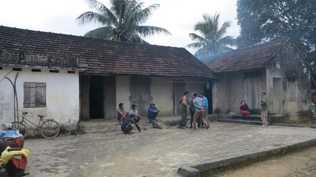 PV cùng ông Hoàng Nghĩa Quý đi đến từng hộ gia đình chỉ rõ những khuất tất ở xã Đồng Văn.