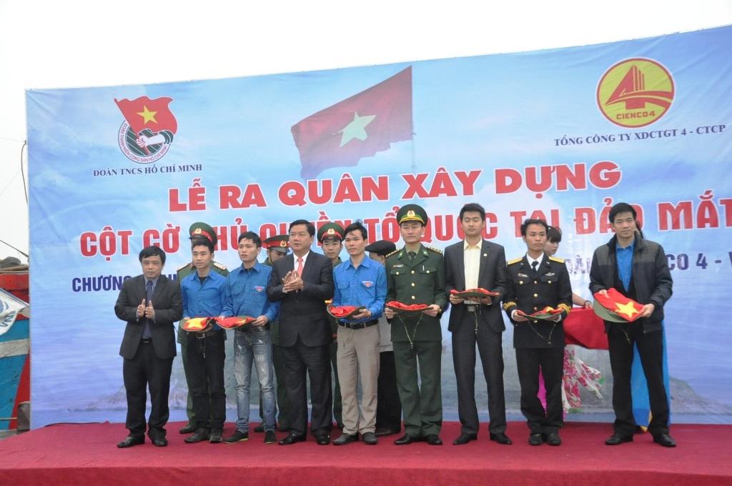 Lãnh đạo Trung ương đoàn trao lá cờ tượng trưng cho Tỉnh đoàn Nghệ An.