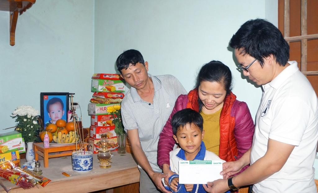 PV Dân trí trao 2 triệu đồng từ một độc giả của báo tại Hà Nội tới gia đình cháu Hà Thiện Nhân.