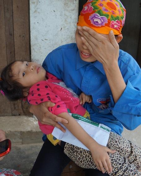 Chị Thủy giờ chỉ biết khóc mỗi khi nhìn đứa con nằm bất động, chị bất lực hoàn toàn.