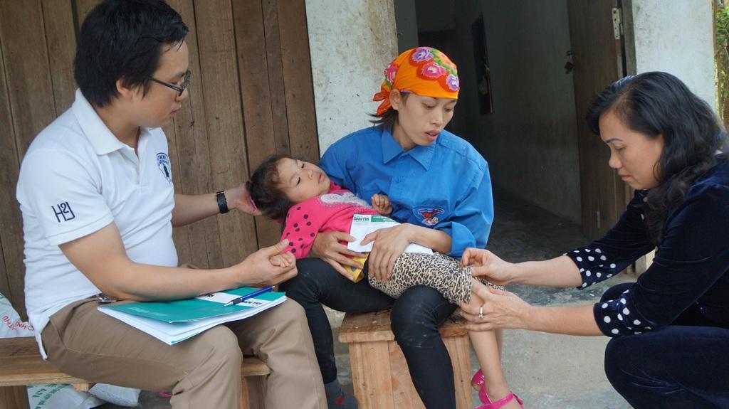 Bà Lam thăm hỏi động viên mẹ con chị Thủy.