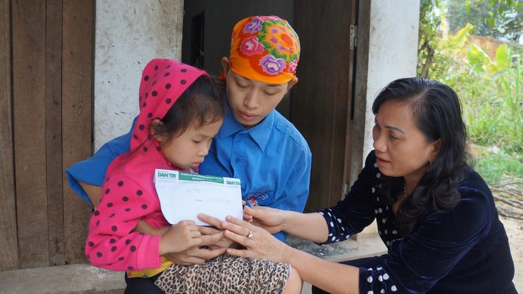 Thay mặt PV Dân trí, bà Võ Thị Hồng Lam - Chủ tịch UBND huyện Anh Sơn trao quà đến mẹ con chị Thủy.