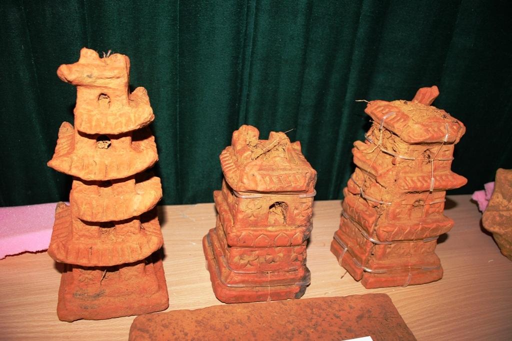 Các mảnh tháp bằng đất nung loại nhỏ 5 tầng, cao trung bình 30cm - 40cm.