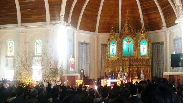 Hàng ngàn người tham dự Thánh lễ đầu năm mới và chúc mừng sức khỏe tới Cha xứ.