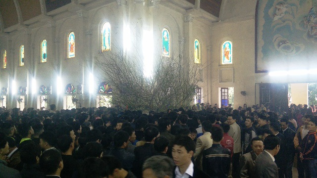 Hàng ngàn người hái lộc Thánh.