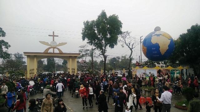 Hàng ngàn người dân tại thánh đường GX Cầu Rầm.
