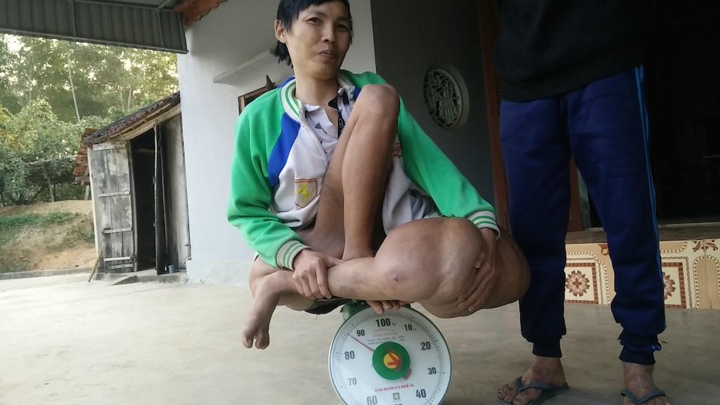 Sơn ngồi lên chiếc cân với trọng lượng gần 90kg.