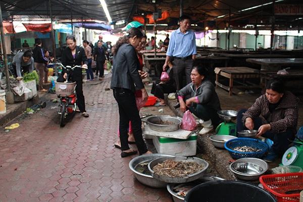 Cá được đưa vào các khu chợ để bán.