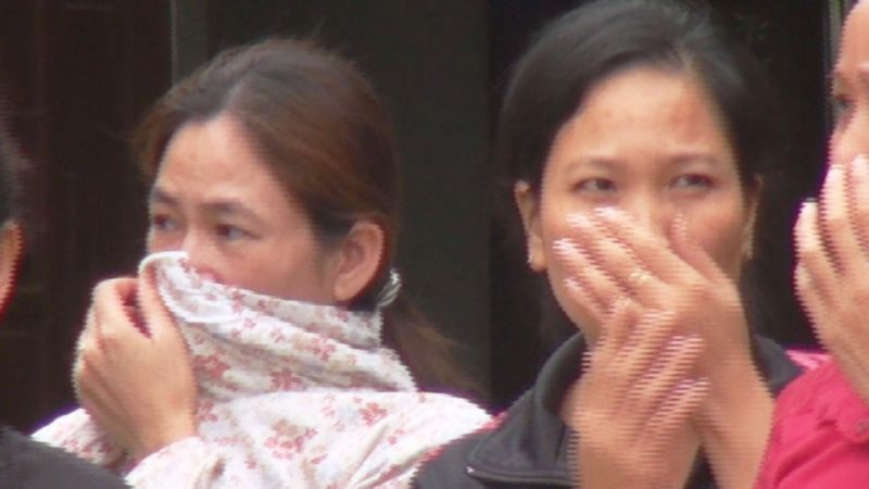 Người dân xã Nghi Phương phải bịt mũi vì mức độ ô nhiễm mùi hôi, thối từ phân bò rơi vãi.