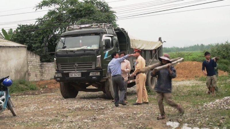 CSGT CA huyện Nghi Lộc có mặt để giải quyết vụ việc.