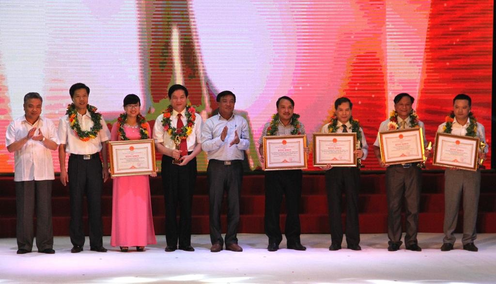 Ban tổ chức trao giải Nhì, B