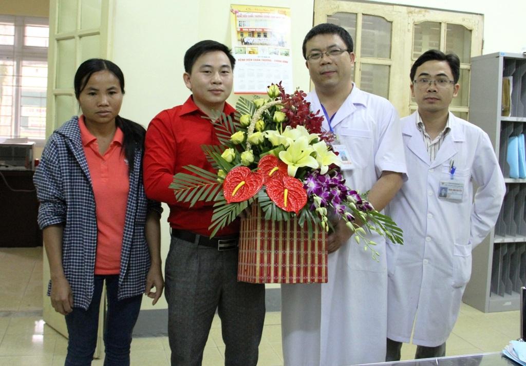 Đại diện Hội chữ thập đỏ huyện Tương Dương tặng hoa cho BS