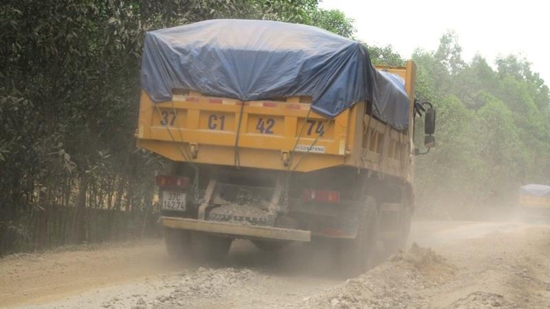 Xe tải chở vật liệu cày nát cung đường.