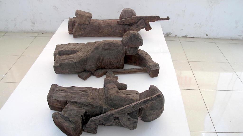 Bộ đội cụ Hồ tập trận (chất liệu gỗ của Triệu Ngọc Thạch - Vĩnh Phúc).