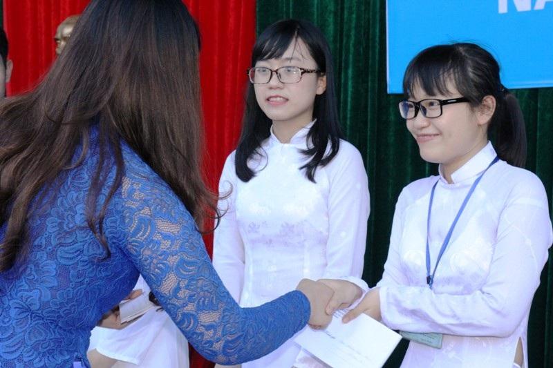 Những phần thưởng được trao cho các em và những cái bắt tay chia tay các em cuối cấp.