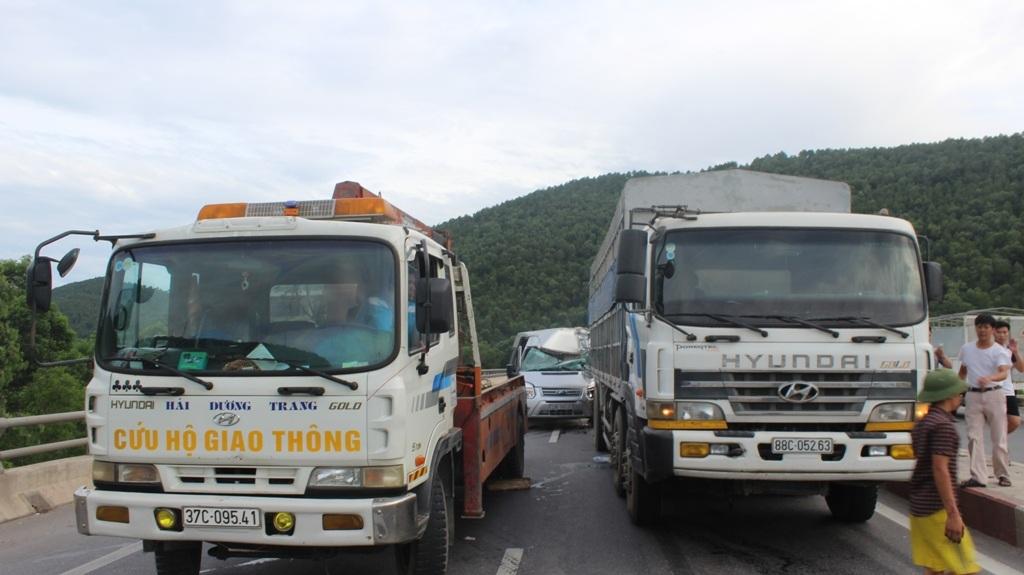 Chiếc xe tải (bên phải) được đưa về CA huyện Nghi Lộc điều tra làm rõ.
