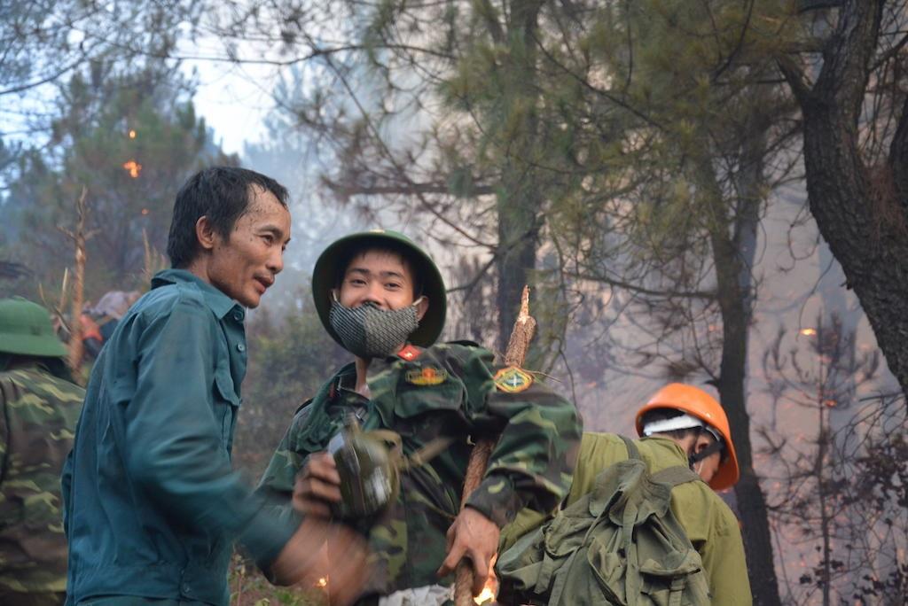 Nỗ lực dập đám cháy khiến nhiều người khát nước dừng nghỉ uống.