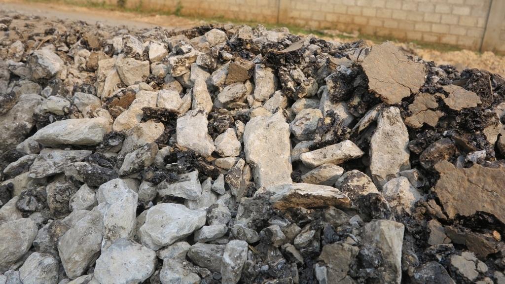 Thậm chí có phần đá còn sạch bóng không hề được phủ nhựa.