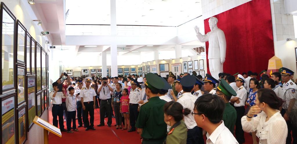Đông đảo người dân tham gia triển lãm.