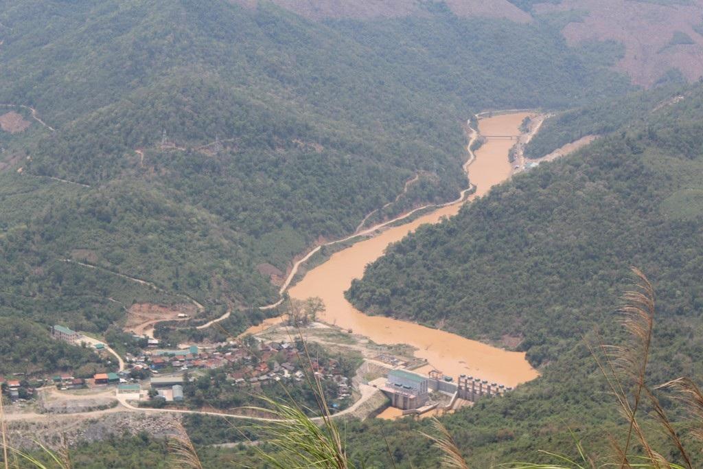 Ở địa bàn huyện Kỳ Sơn, dòng Nậm Mộ qua đây cũng đục ngầu.