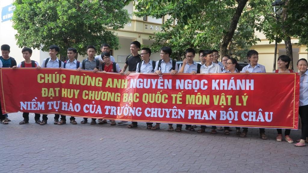 Các bạn cùng lớp, cùng trường phấn khởi đón Khánh trong ngày mang vinh quang trở về.