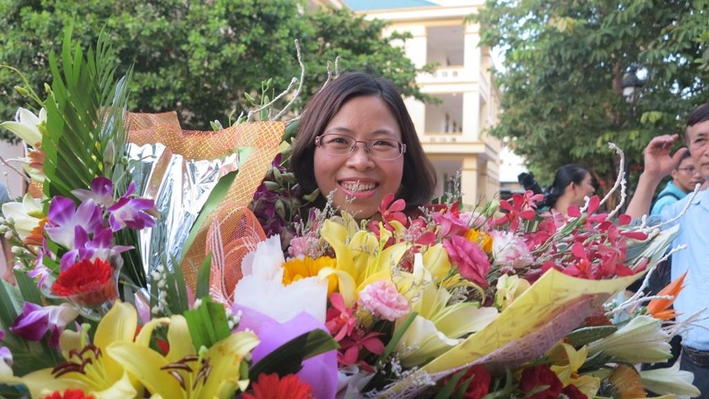 Cô Thơ An - người trực tiếp hướng dẫn em Khánh giành huy chương trong ngày trở về.