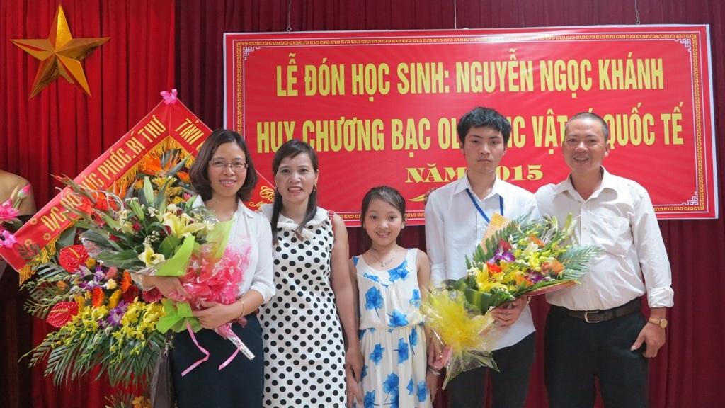 Gia đình em Nguyễn Ngọc Khánh chụp ảnh kỷ niệm với cô Thơ An.