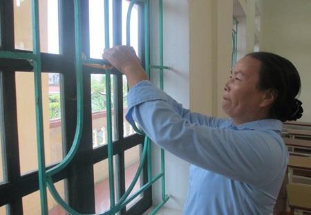 Một lớp học đang được chằng chống để đối phó với bão Haiyan. (Ảnh: Hồng Ngân)