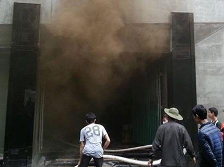 Những cột khói đen vẫn bao trùm dù ngọn lửa đã được dập tắt.