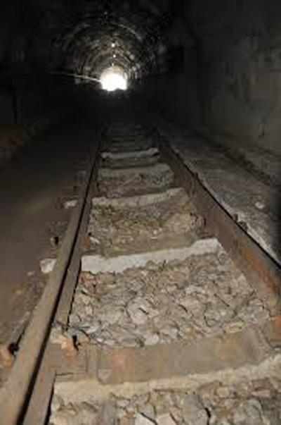 Đường ray xuống hầm lò khai thác than (ảnh minh họa).