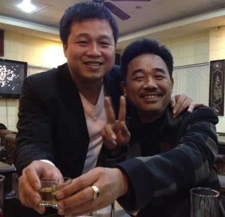 Nam diễn viên vui vẻ chúc mừng năm mới cùng bạn bè