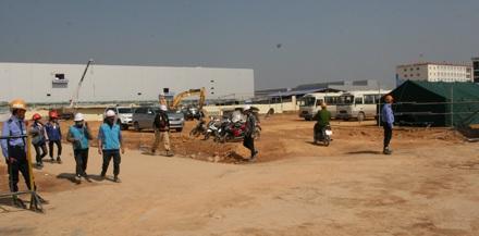 Lực lượng CSCĐ cũng hạ trại tại chỗ để bảo vệ nhà máy.