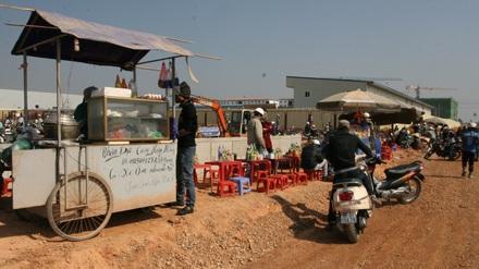 Hàng loạt các dịch vụ quán nước, quán cơm ăn theo.