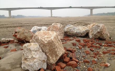 Những tảng đá lớn trơ trọi dưới đáy sông Hồng.