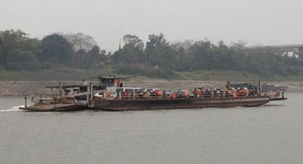 Những chuyến phà đầu năm mới chở người dân cùng phương tiện qua sông Hồng