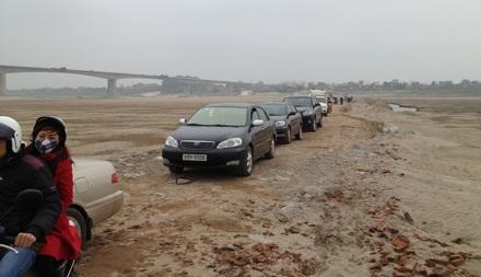 Đoàn xe dài nối đuôi nhau chờ lên phà.
