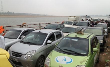 Sau khoảng 15 phút những chiếc xe hơi đã yên vị trên phà để sang đất Hai Vua.