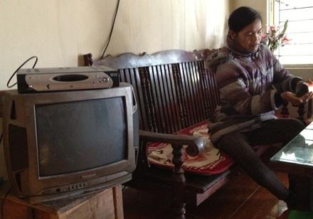 Bị cúp điện đúng dịp Tết Nguyên Đán, chị Tiềm đón xuân trong căn nhà tối tù mù.