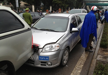 Chiếc xe Gentra mang biển tập lái.