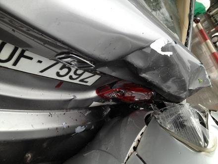 Vụ TNGT liên hoàn làm nhiều chiếc xe bị hư hỏng.