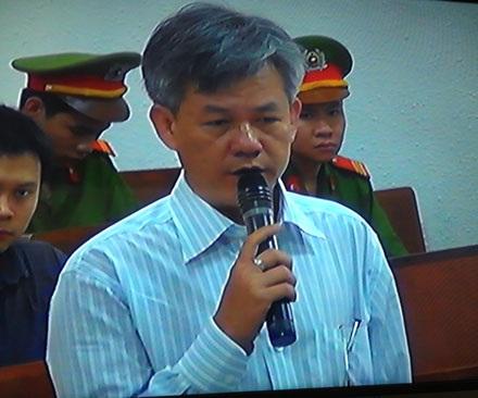 Nguyễn Văn Hòa nói về việc ủy thác cho nhân viên mang tiền đi gửi. (Ảnh, Tuấn Hợp).
