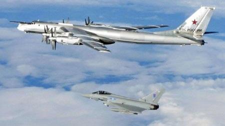 Máy bay ném bom Tu-95 Bear của Nga (trên) bị máy bay NATO áp sát