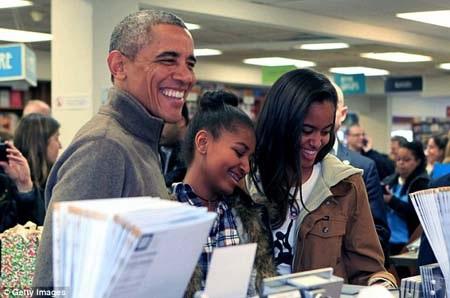 Tổng thống MỹBarack Obama cùng 2 con gái tại hiệu sách