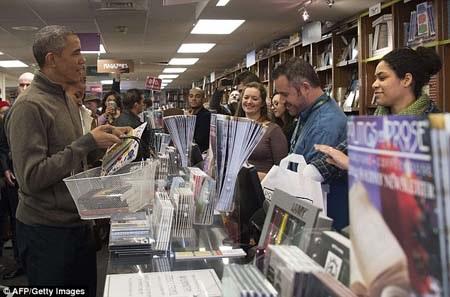 Tổng thống Mỹ vui vẻ trò chuyện với mọi người tại hiệu sách