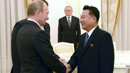 Tổng thống Nga Putin (trái) gặp đặc phái viên Triều Tiên Choe Ryong Hae
