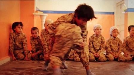 Các em bé ngồi xem bạn huấn luyện võ thuật