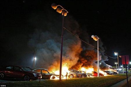 Rất nhiều ô tô, cửa hàng kinh doanh bị đốt phá trên đường phố Ferguson