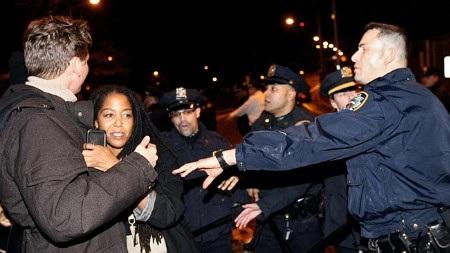 Nhiều vụ đụng độ giữa cảnh sát và người biểu tình đã diễn ra tại Ferguson