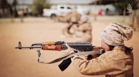 Các em bé được huấn luyện chiến đấu với súng thật