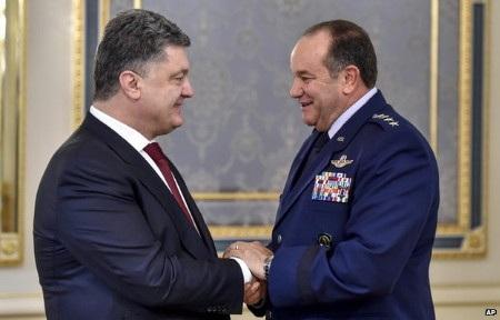 Tổng thống Ukraine (trái) bắt tay tư lệnh tối cao NATO tướng Philip Breedlove